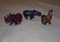 Alcuni esemplari degli animali in pietra colorata
